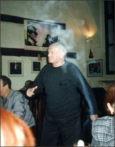 Bohumil Hrabal w praskiej piwnicy 'U Hynku'