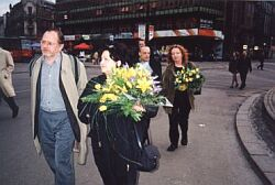 W drodze do Teatru Śląskiego (Tadeusz Sobolewski, Maria Kieślowska. Z tyłu Marcel Łoziński i Maria Zmarz-Koczanowicz) Foto: M. Kubik
