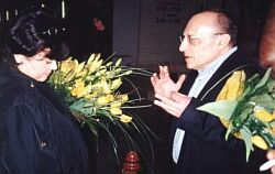Maria Kieślowska i Marcel Łoziński przed kinem 'Światowid' (Katowice 28.04.2001 r.) Foto: Ł. Adamczyk