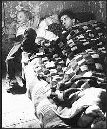 Krzysztof Kieślowski w filmie A. Zajączkowskiego pt. 'Zabawa' (Reprodukcja z albumu 'Kieślowski', wyd. Warszawa 1997)