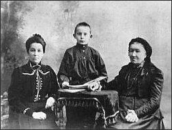 Mały Sasza z babcią i ciocią. 1906 rok