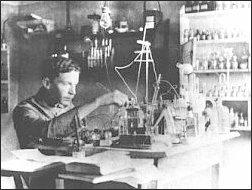 Sasza w domowym laboratorium elektrotechnicznym