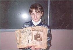 Ewa  Sorblan trzyma Pismo Święte z 1898 r.