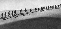 Australijskie wojska na pustyni w Afryce Północnej w 1940 roku, walki przeciw Afrika Korps. Zdjęcie wykonał Damien Parer - również słynny korespondent wojenny z Australii. Poległ na Pacyfiku w 1944 roku.