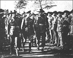 Król Jerzy VI przed frontem wojsk australijskich, które zaczęły przybywać na Wyspy Brytyjskie