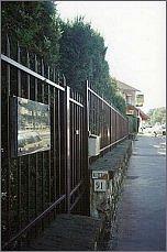 Wejście do ogrodu okalającego dom 'Kultury'. Na ogrodzeniu tablica upamiętniajaca miejsce zamieszkania Józefa Czapskiego foto: M. Kubik