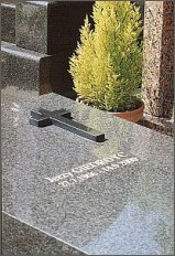 Nagrobek Jerzego Giedroycia na cmentarzu w Le Mesnil-le-Roi (VIII 2001 r.) - foro: M. Kubik