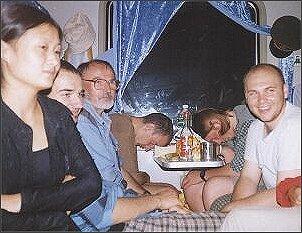 W drodze do Golmundu. Na zdjęciu urocza chinka , Maciej, prof. Czubala, śpiący Adam, śpiący David, Marcel, Anna