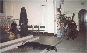 Inscenizacja Elżbiety Czerczuk w Kościele św. Genowefy.   Foto: M. Kubik