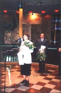 Grażyna Pasterna odbiera wyróżnienie za książkę o prof. Chełkowskim