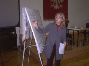 Konsultant BPiK Agnieszka Sokolińska wyjaśnia przebieg panelowej rozmowy kwalifikacyjnej.