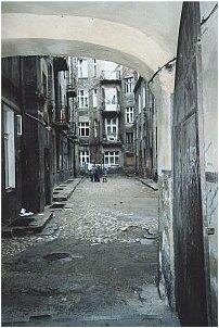 Brama domu gdzie przed wojną mieszkała rodzina Szpilmanów