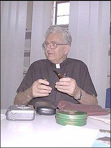 Ks. Adam Boniecki z nieodłączną fajką  Foto: Ł. Adamczyk