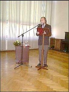 Rektor UŚ wita gościa Wieczoru Akademickiego   Foto: M. Kubik