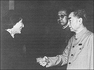Han Suyin z premierem Chin Czou Enlajem (1974 r.)    Foto: Archiwum T. Kowalskiej