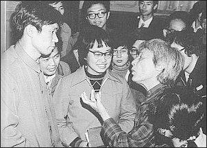 Han Suyin  rozmawia z chinskimi studentami po swoim wykładzie Foto: Archiwum T. Kowalskiej