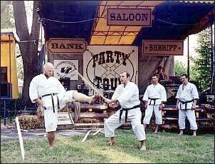 Podczas pokazu dalekowschodnich sztuk walki publiczność niejednokrotnie zamierała w obawie o zdrowie i całe kości karateków