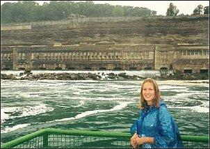 Na statku, przepływającym blisko wodospadu Niagara