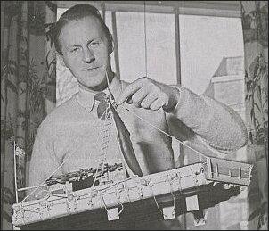 Theyerdahl w 1955 roku, z modelem Kon-Tiki