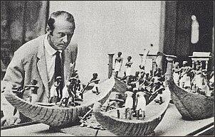 Heyerdahl, podczas wizyty w kairskim muzeum, ogląda modele najstarszych na świecie łodzi trzcinowych z egipskich grobowców