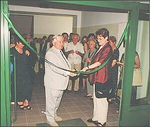 Uroczysty moment przecięcia wstęgi w dniu otwarcia nowej siedziby Zielnika w Chorzowie