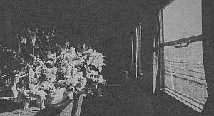 Tak wyglądało wnętrze salonki. Na stole kwiaty, wręczone delegacji rządowej podczas przejazdu przez Węgry.