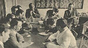 Typowa konferencja prasowa w siedzibie polskiego MSZ, kilka lat po II wojnie światowej
