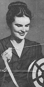 Taśma, trzymana w ręku przez tę kobietę, to urywek depeszy, przekazanej drogą radiową alfabetem kreskowym. Tak było...