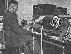 Z aparatu radio-odbiorczego płynie drukowana taśma z tekstem ostatniego komunikatu. Biegły w swych czynnościach radiotelegrafista odczytywał jej treść, którą natychmiast przepisywał na maszynie