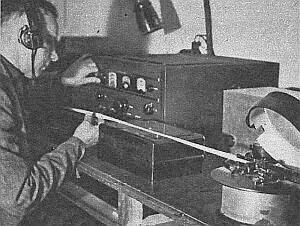 Aparat systemu ''Syphon-Recorder'', notujący drgania w eterze w postaci linii łamanej, przypominającej tajemniczy szyfr