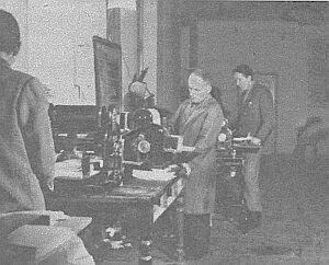 Elektryczne powielacze odbijały komunikaty, rozsyłane następnie ''listami dworcowymi'' do prasy prowincjonalnej. Oddziałom PAP w większych miastach przekazywało się wiadomości przez tzw. dalekopisy)