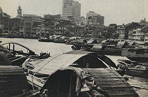 Transatlantyki i dżonki, malajskie prahu i jachty milionerów. Chińskie łodzie ''patrzące'' oczyma i okręty wojenne, najeżone antenami radarowymi. Taki był port w Singapurze, podczas mej wizyty przed laty