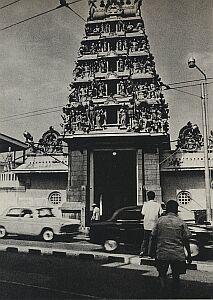 Jedna z ulic Singapuru. Domy mieszkalne sąsiadują tu z małymi kapliczkami i wielkimi świątyniami różnych wyznań. Chyba wszystkie wierzenia Azji mają tu swych wyznawców, czasem połączonych też wspólnotą interesów, jak np. izmaelici
