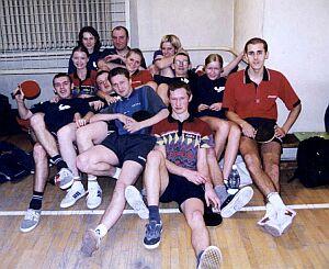 Sekcja tenisa stołowego w pełnym składzie (po prawej siedzi Sportowiec Roku - Mariusz Grzesiczak)