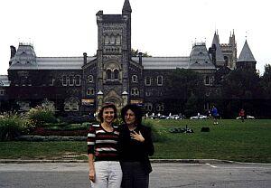 Z dr Bożeną Szałastą-Rogowską przed budynkiem uniwersyteckim w Toronto