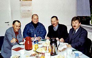 """""""Wigilia to uśmiechu czas"""". Od lewej siedzą: Aleksander Fangor, Leszek Binert, Stanisław Bonk, Piotr Nowak."""