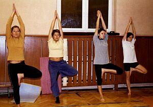 """Pozycja """"drzewa"""" daje poczucie fizycznej i psychicznej równowagi."""