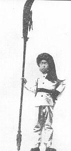 """Rok 1900. Aby przepędzić """"zamorskich diabłów"""" i zmasakrować chińskich chrześcijan – ten chłopczyk """"Bokser"""" uzbroił się w """"długi nóż"""", tradycyjny oręż chińskich ruchawek"""