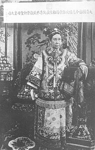 Cesarzowa wdowa Tseusi. Jej przebiegłość i okrucieństwo umożliwiły jej władanie Chinami przez pół wieku. Uwagę zwracają anormalnie długie paznokcie będące zresztą także oznaką ludzi wykształconych: oznaczało to, że osoba taka nie musiała imać się pracy swych rąk, by przeżyć