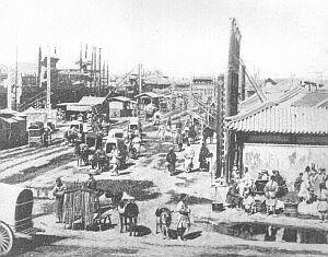 Ulica w Pekinie w 1900 r.: odlewnie i kramiki