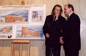 Prof. Tadeusz Sławek (Rektor UŚ w latach 1996-2002) i Piotr Uszok - czy dyskutują o zwycięskim projekcie na nową siedzibę uniwersyteckiej Biblioteki