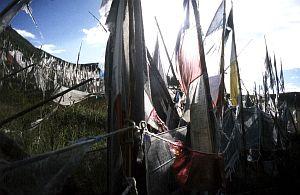 Tybetańskie święte flagi szepczą swe modlitwy podmuchami wiatru