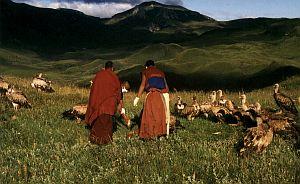 Mnisi obcinają kończyny zmarłego ofiarowując je następnie ptakom