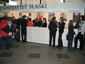 Niż demograficzny przy stoisku Uniwersytetu Śląskiego