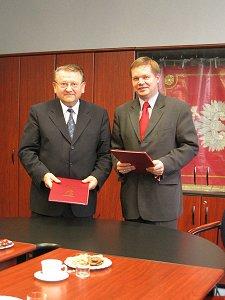 Po lewej Rektor Uniwersytetu Konstantyna Filozofa w Nitrze Prof. RNDr. Ing. Daniel Kluvaniec