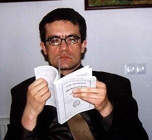 Dziekan Wydziału Filologicznego prof. Piotr Wilczek nie potrafił oderwać się od pobieżnej chociaż lektury