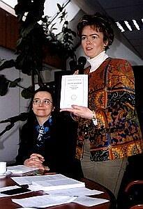 Dr Aleksandra Pethe z Działu Promocji Biblioteki Śląskiej prezentuje najnowszą publikację Izabeli Kaczmarzyk