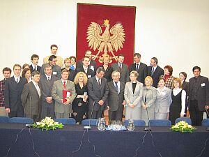 Grupowe zdjęcie wszystkich uczestników uroczystości