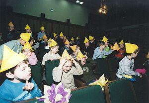 Dzieci w żółtych czapeczkach