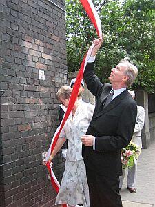 Dr Ewa Pieter-Kania oraz Jacek Pieter odsłaniający tablicę pamiątkową